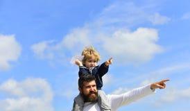 Familienurlaub und Zusammengeh?rigkeit Vater und Sohn zusammen Vati und Sohn lächeln und umarmen Vater- und Sohngenie?en stockfotos