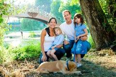 Familienvatermutterkinder und -hund im Freien Stockfotos