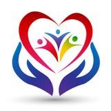 Familienverband, -liebe und -sorgfalt in einem roten Herzen mit der Hand und im Herzen formt Logo Lizenzfreies Stockfoto