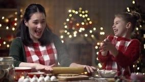 Familienvorbereitungs-Feiertagslebensmittel Kochen von Plätzchen stock video