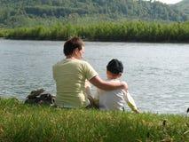 Familienwandern lizenzfreie stockbilder