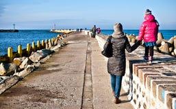 Familienweg auf Darlowo-Pier Stockfoto