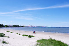 Familienweg auf dem Strand Lizenzfreie Stockfotografie