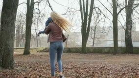 Familienweg im Frühjahr Park stock video footage