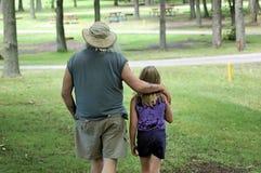Familienweg im Park Lizenzfreies Stockfoto