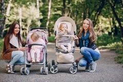 Familienweg im Park Lizenzfreie Stockfotografie