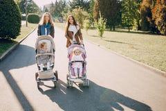 Familienweg im Park Stockfotografie