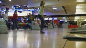 Familienwettbewerbe im Bowlingspielclub Quantum stock video