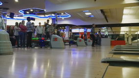 Familienwettbewerbe im Bowlingspielclub Quantum stock footage