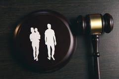 Familienzahl und -hammer auf Tabelle Familienrecht lizenzfreie stockfotos