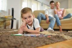 Familienzeichnung auf Schulbehörde zu Hause Lizenzfreie Stockbilder