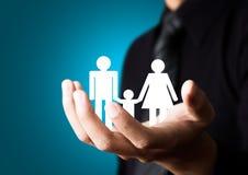 Familienzusammenfassung in der männlichen Hand Stockbild