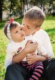 Familieomhelzing Royalty-vrije Stock Foto's