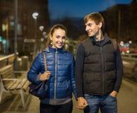 Familiepaar die een stadsgang hebben Stock Foto
