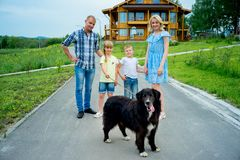 Familiepicknick met een hond stock afbeelding