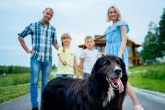 Familiepicknick met een hond royalty-vrije stock foto's