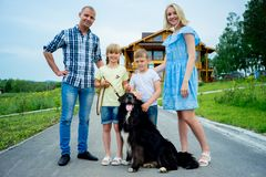 Familiepicknick met een hond royalty-vrije stock afbeelding
