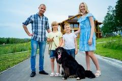 Familiepicknick met een hond stock afbeeldingen