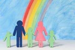 Familiepictogrammen met een regenboog en een blauwe hemel Royalty-vrije Stock Afbeeldingen