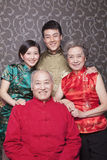 Familieportret in Chinese Traditionele Kleding stock fotografie