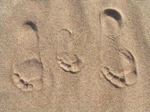 Familieportret in het zand stock fotografie
