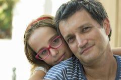 Familieportret, meisje en papa Stock Afbeelding
