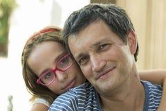 Familieportret, meisje en papa Royalty-vrije Stock Foto's