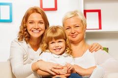 Familieportret met grilmoeder en oma stock afbeeldingen