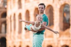 Familieportret op beroemde plaatsen in Europa stock afbeeldingen
