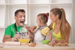 Familieportret terwijl het koken stock afbeeldingen