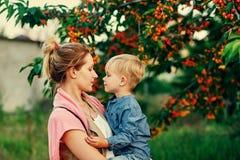 Familieportret van moeder en zoon in aard royalty-vrije stock afbeeldingen