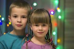 Familieportret van twee jonge gelukkige leuke blonde kinderen, knap jongen en meisje met partij van lange vlechten, broer en zust royalty-vrije stock foto