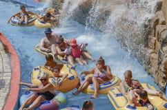 Familiepret bij de waterpool royalty-vrije stock afbeeldingen