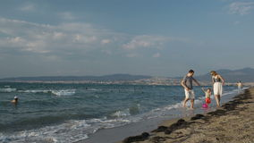 Familiepret op het strand. stock footage