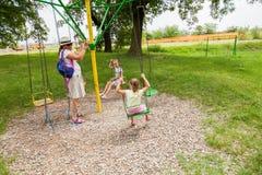 Familiepret in park stock afbeelding