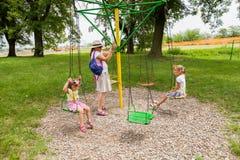 Familiepret in park royalty-vrije stock afbeeldingen