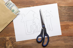 Familierechtconcept Scheidingssectie van het bezit met wettelijke middelen Het Scherpe Document van de schaar royalty-vrije stock foto's