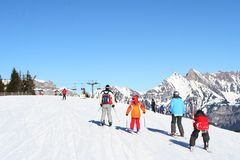 Families die in Alpen skiån Royalty-vrije Stock Afbeeldingen