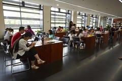 Families die in bibliotheek lezen royalty-vrije stock foto