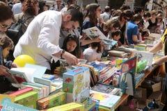 Families die boeken kopen tijdens boekendag in Mallorca royalty-vrije stock foto's
