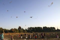 Families die een kleurrijk vliegersfestival bijwonen royalty-vrije stock afbeeldingen