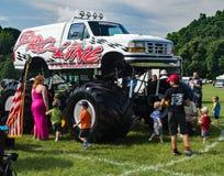 Families die een Monstervrachtwagen controleren stock afbeelding