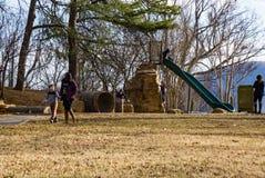 Families die in een Park spelen royalty-vrije stock foto's