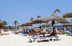 Families die op strand in Majorca ontspannen Royalty-vrije Stock Foto