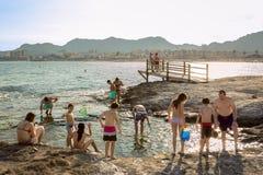 Families die pret op het strand hebben royalty-vrije stock foto