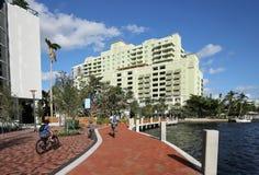 Families die van de waterkant van Las Olas in Fort Lauderdale genieten stock foto's