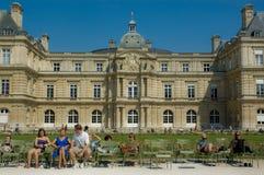 Families die voor het Paleis van Luxemburg rusten Stock Foto's