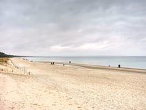 Families en vrienden die dag doorbrengen samen aan het strand stock afbeeldingen