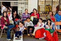 Families en vrienden in paradepubliek stock fotografie