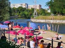 Families met kinderen die bij de rivierbanken zonnebaden royalty-vrije stock fotografie